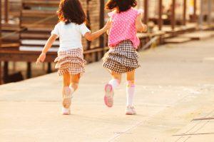 おそろいのスカートで走る女の子