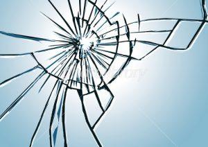 クモの巣状に割れた窓