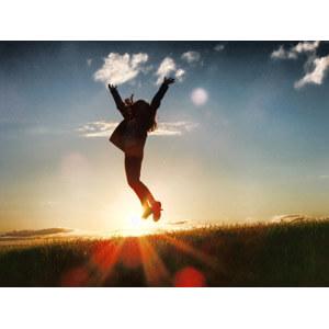 嬉しさに飛び上がる女性
