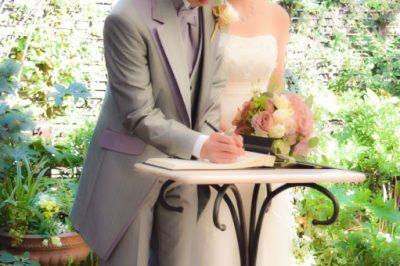結婚証明書を署名する新郎