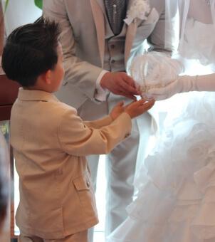 指輪を新郎新婦に渡す男の子