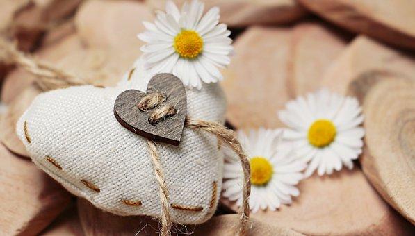 ハートのクッションと白いお花
