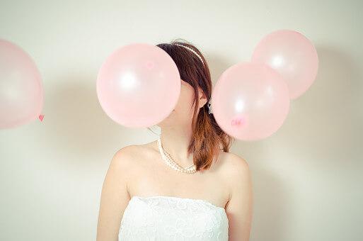 ピンクの風船を持つ新婦