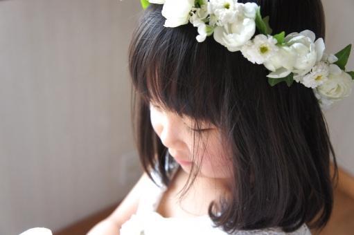 花かんむりをした女の子