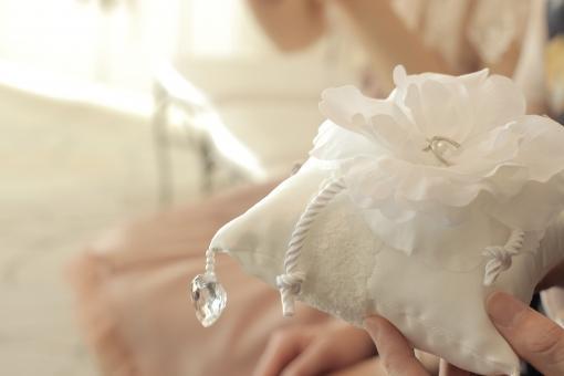 お花のリングピローを持つ大人の手