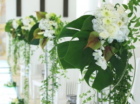 白いお花とアンセリウム装花の挙式会場