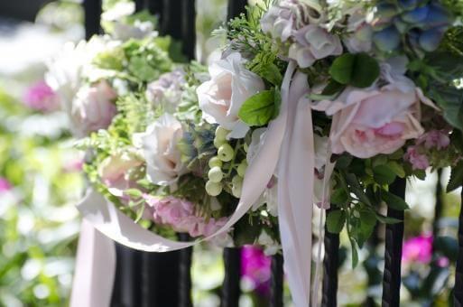 グリーンとピンクのお花とリボンのナチュラルなガーデン装花