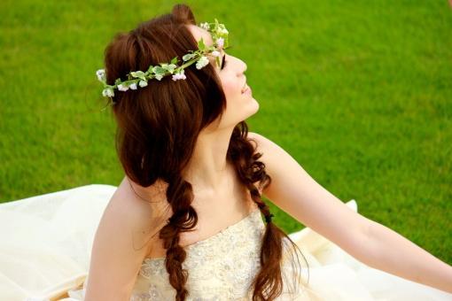 花冠を付けたナチュラルな雰囲気の新婦