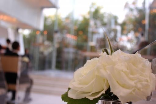 間もなく挙式スタートの結婚式会場とバラ