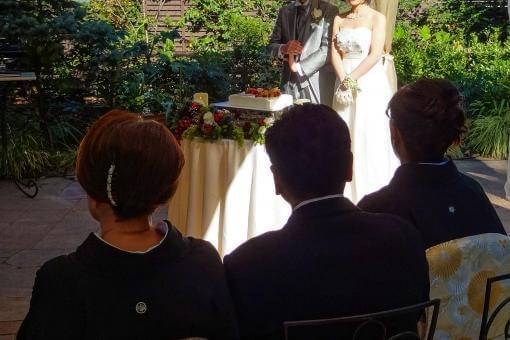ガーデンにてウェルカムスピーチをする新郎新婦さまを見守るご両親