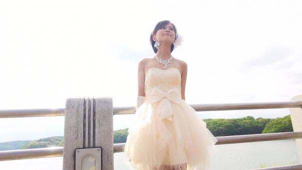 ミニ丈のウエディングドレスでポーズをとる新婦
