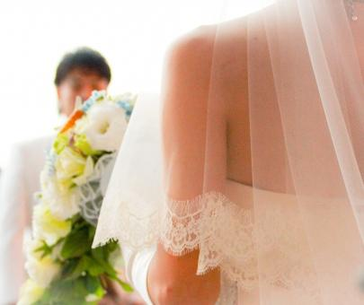花嫁の肩越しに映る新郎