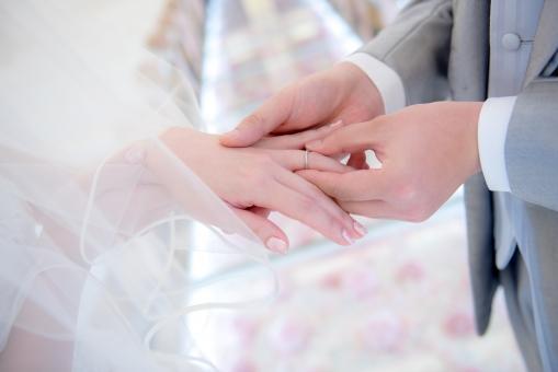 新婦へ指輪を送る新郎の手元
