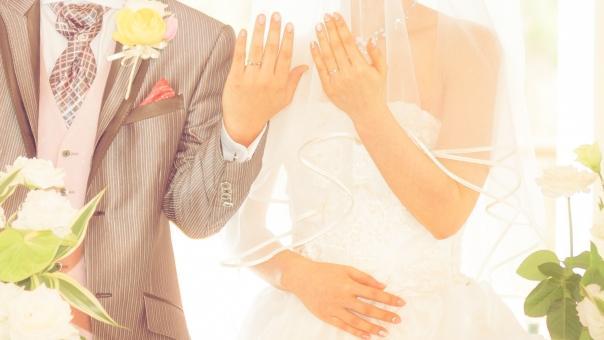 ゲストに指輪を披露する新郎新婦