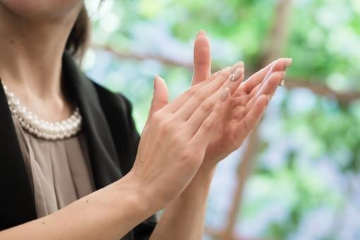 拍手で祝福する女性ゲスト