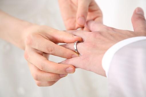 新婦から新郎へ指輪の交換