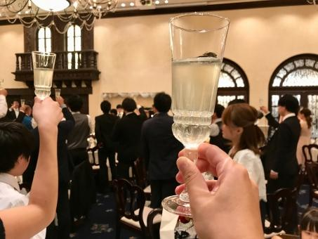 乾杯するゲスト