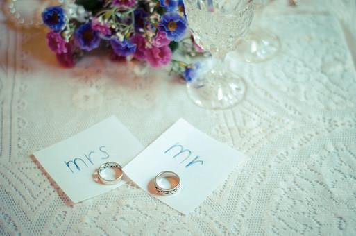 テーブルクロスの上に置かれた新郎新婦の結婚指輪