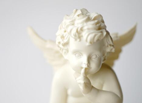 内緒のサインをする天使