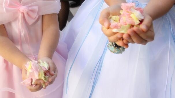 花びらをもつ子供の手