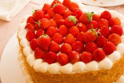 ハートのイチゴ敷き詰めウエディングケーキ