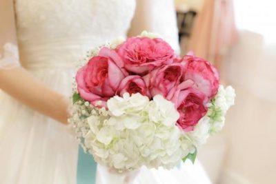 ピンクと白のブーケをもつ花嫁