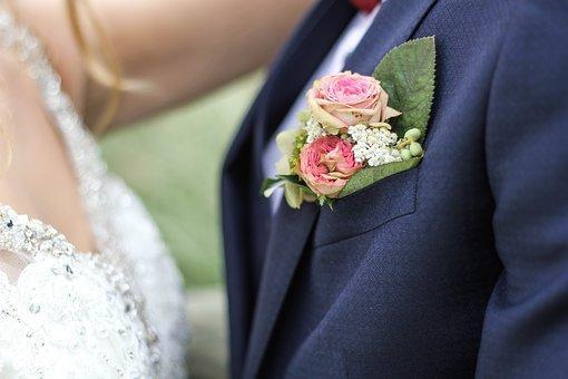 ピンクのバラを挿した花婿と花嫁