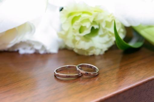 白いお花と結婚指輪