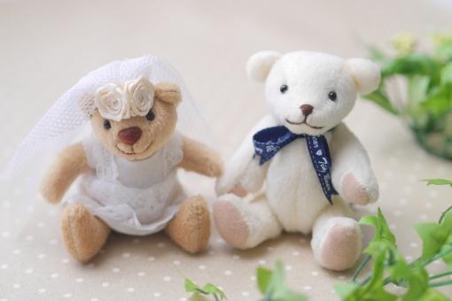 ウエディング姿のクマの人形