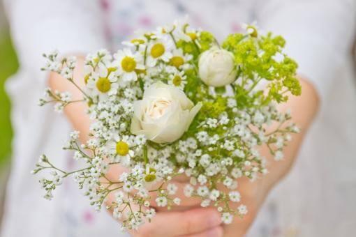 ナチュラルなお花を持つ花嫁の手