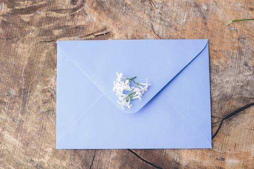 ブルーの封筒と白いお花