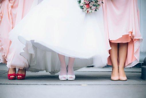 ピンクのドレスを着たブライズメイドと花嫁