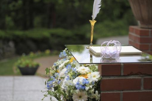 ガーデンでの署名台とサムシングブルーのお花が入った装花