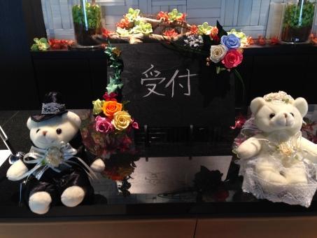 結婚式場のウエルカムベアが飾られた受付