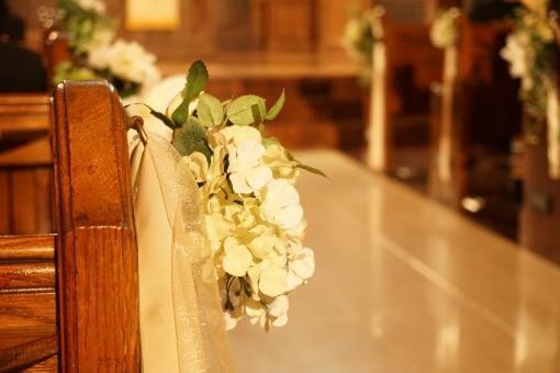夕焼け時の挙式会場にて白い花とベンチ