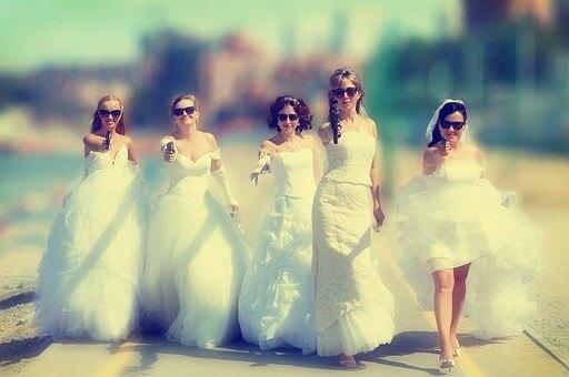 ピストルを向ける花嫁たち