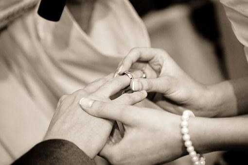 モノクロで新郎に指輪を贈る新婦