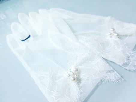 青い糸でワンポイントの刺繍がされた花嫁グローブ