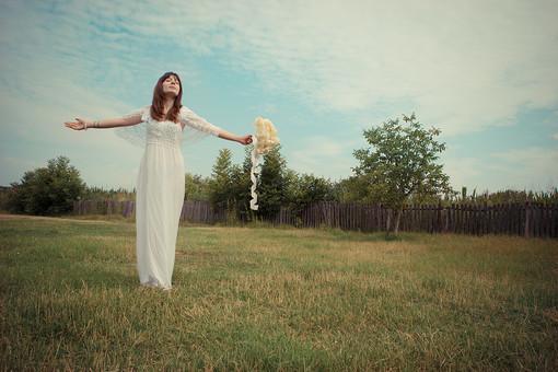手を広げ佇む花嫁