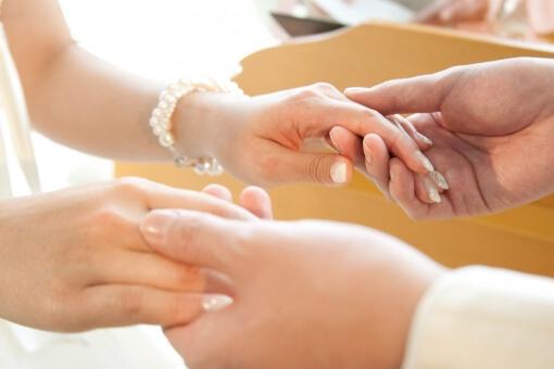 手を握り合う新郎新婦