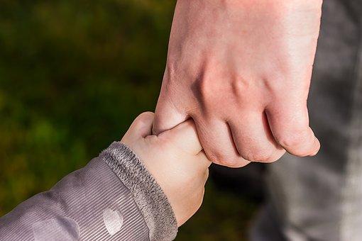 パパと子供の手