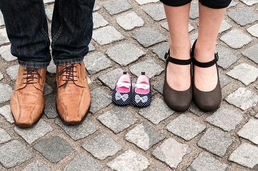 男女と、子供の靴