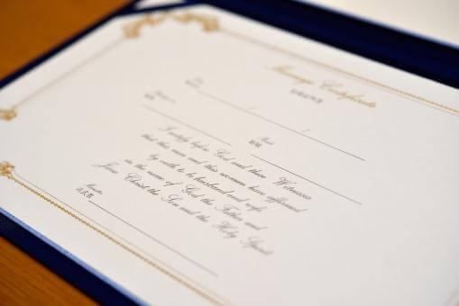 額に入った結婚証明書