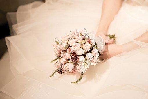 ミニバラのブーケを持つ花嫁さま