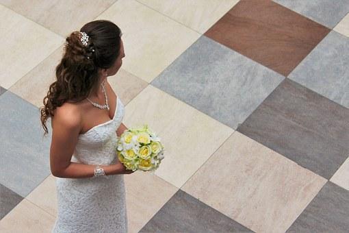 ブーケを持って振り向く花嫁