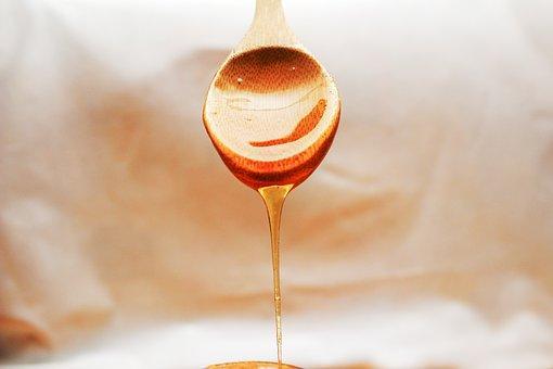 スプーンから垂れる蜂蜜